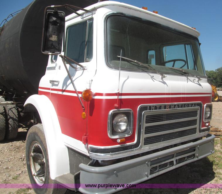 F7099ZB.JPG - 1975 International Cargostar 1610B water truck , 77,012 miles on odometer , International 345 C I D ...
