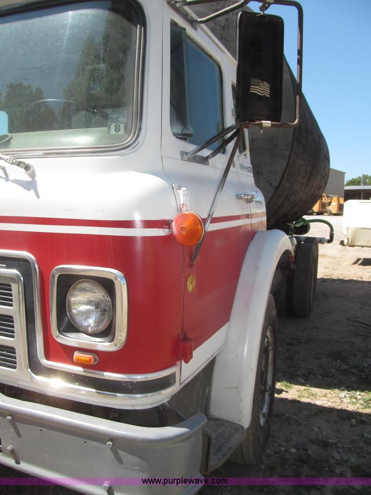 F7099ZD.JPG - 1975 International Cargostar 1610B water truck , 77,012 miles on odometer , International 345 C I D ...