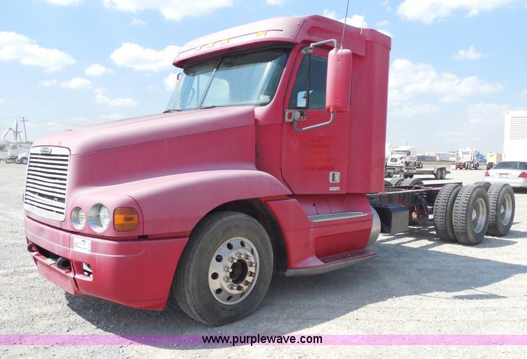 E7697.JPG - 2000 Freightliner Century Class semi truck , 689,248 miles on odometer , Cummins N14 14 0L L6 diesel...