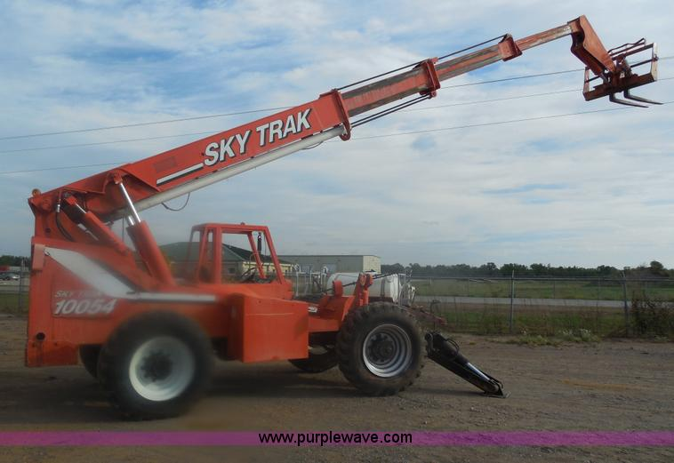 E7628.JPG - 1994 Sky Trak 10054 telehandler , 4,804 hours on meter , Cummins 3 9L four cylinder gas engine , Joy...