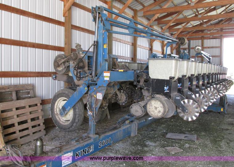 G9218.JPG - 1995 Kinze 2600 16/31 planter , 16 rows , 30 quot centers , 31 row , 15 quot centers , KM3000 monito...