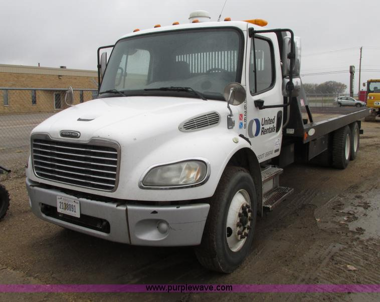 G9205.JPG - 2006 Freightliner Business Class M2 roll back truck , 229,456 miles on odometer , 9,921 hours on met...