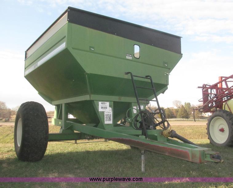 F7201.JPG - 2004 Brent GC572 grain cart , 550 bushel capacity , 1000 PTO , Corner auger , 12L x 14 quot diameter...