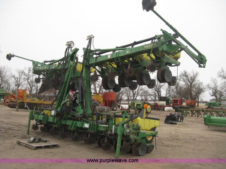 H4297.JPG - 2003 John Deere 1720 Integral Stack Fold planter , 16 row , 30 quot spacing , Max Emerge Plus Vacu M...