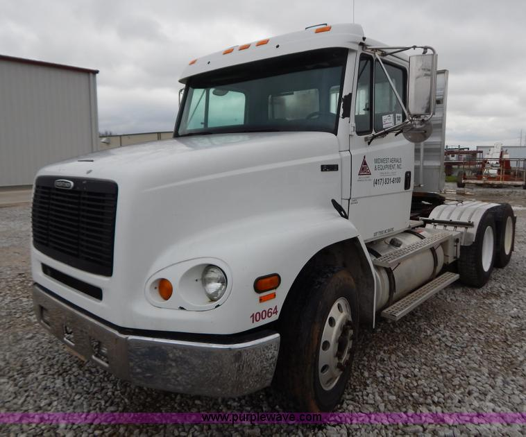 B5986.JPG - 2001 Freightliner FL112 semi truck , 547,397 miles on odometer , 4,176 hours on meter , Caterpillar ...