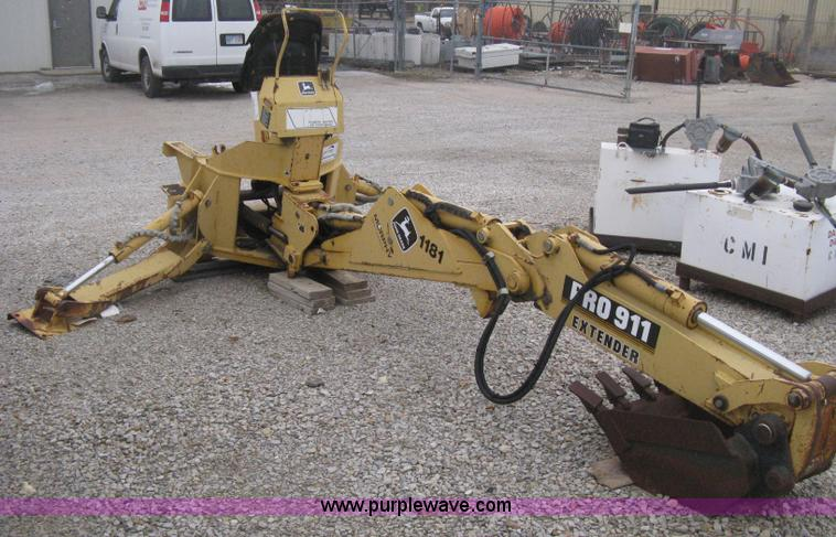 H4343A.JPG - John Deere Pro 911 Extender skid steer backhoe attachment , Operators station , Pin on 18 quot bucke...