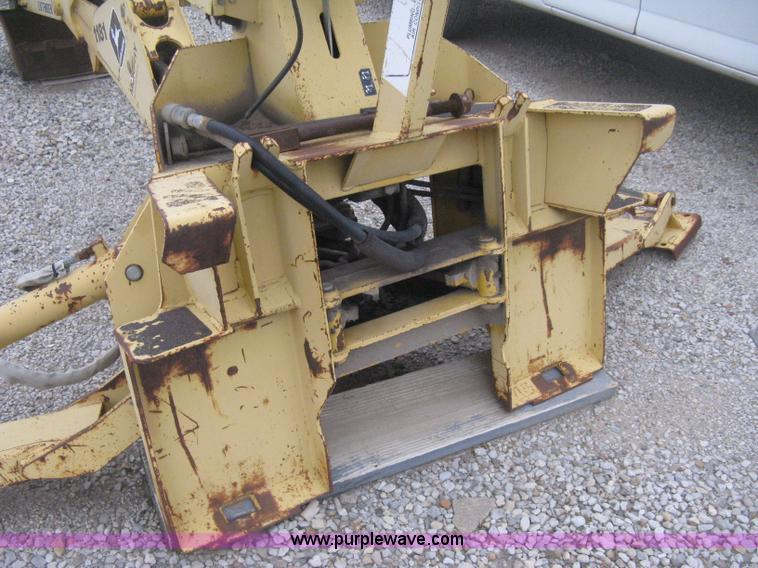 H4343D.JPG - John Deere Pro 911 Extender skid steer backhoe attachment , Operators station , Pin on 18 quot bucke...