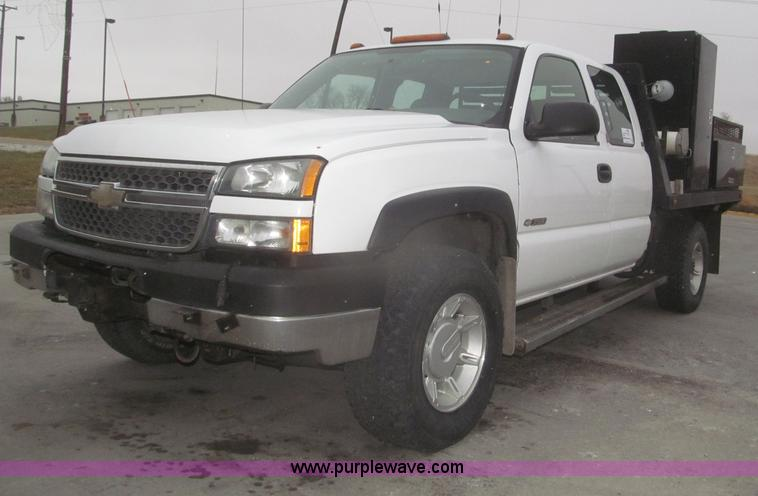 F7217.JPG - 2005 Chevrolet Silverado 3500 Ext Cab flatbed truck , 301,791 miles on odometer , 14,775 hours on me...