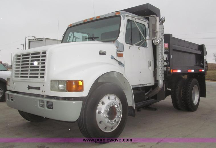 F7218.JPG - 1998 International 810 low profile dump truck , 194,427 miles on odometer , 6,692 hours on meter , I...