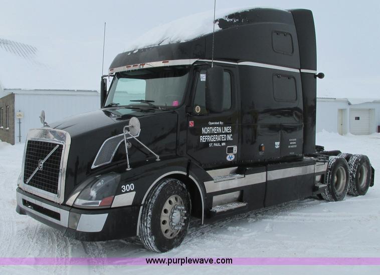 E5240.JPG - 2004 Volvo VNL 64T semi truck , 942,974 miles on odometer , Volvo VE D12 12 1L L6 diesel engine , 47...