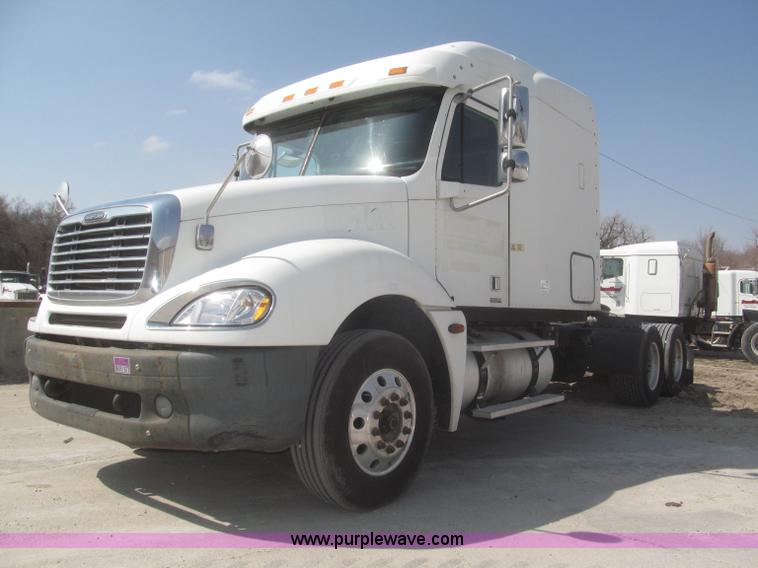 F7341.JPG - 2005 Freightliner Columbia CL120 semi truck , 352,937 miles on odometer , Approx 1,052,937 total mil...