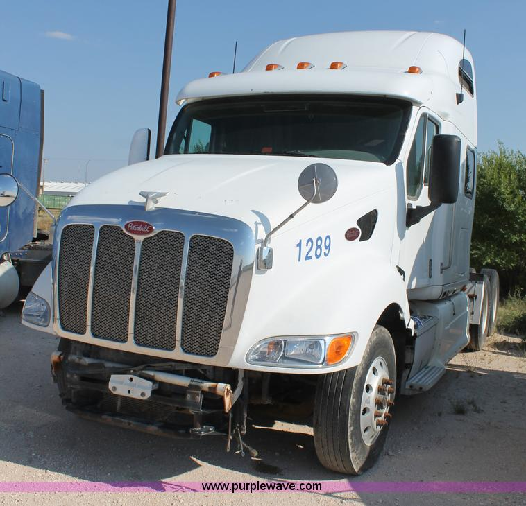 No Reserve Auction On Tuesday May 07: 2001 Peterbilt 387 Semi Truck