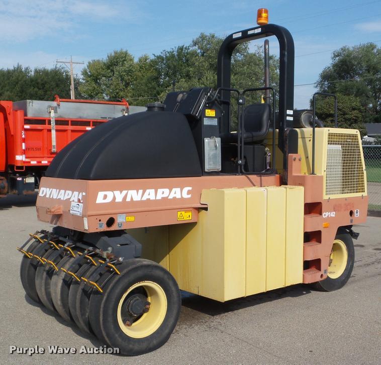 2004 Dynapac CP142 pneumatic roller