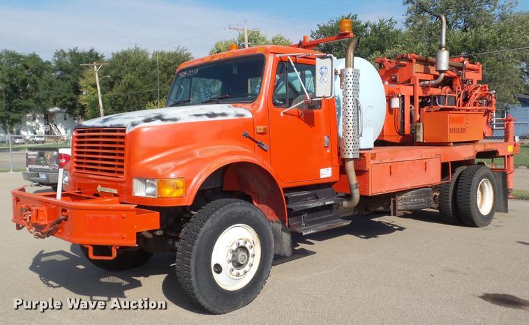 1993 International 4800 digger derrick truck