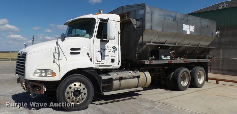 2000 Mack CH613 tender truck