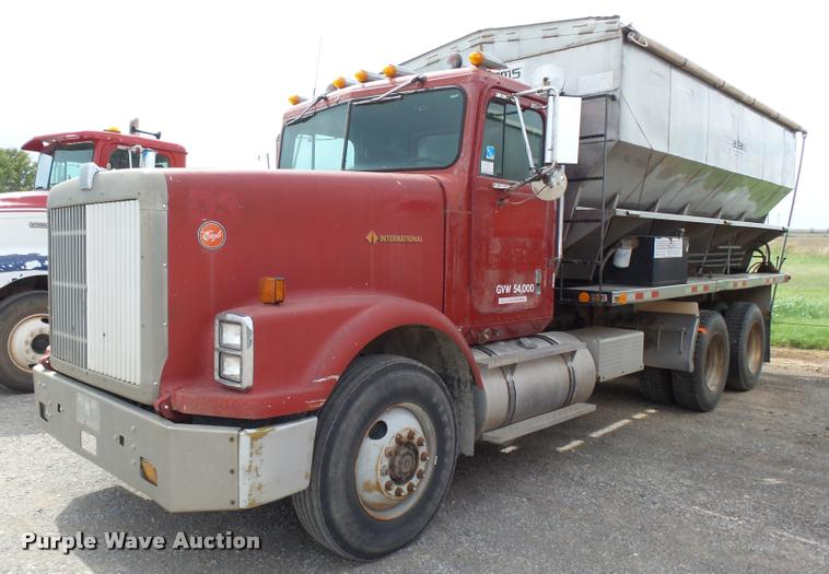 1990 International 9300 fertilizer delivery truck