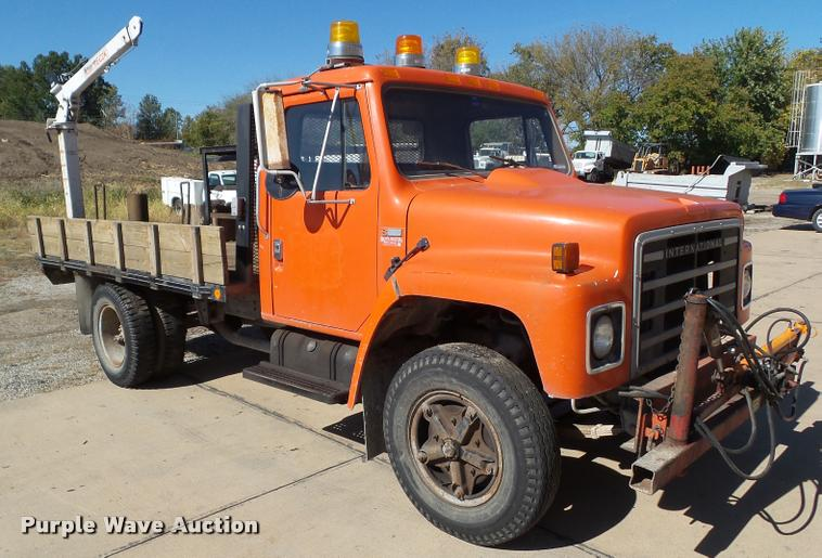 1980 International 1754 flatbed truck with crane