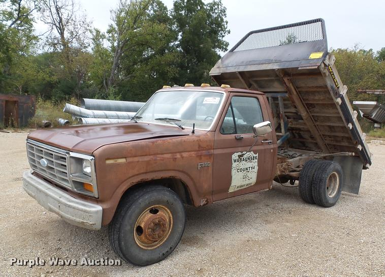 1985 Ford F350 flatbed pickup truck