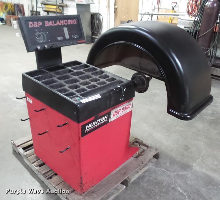 Hunter DSP9500 computer wheel balancer