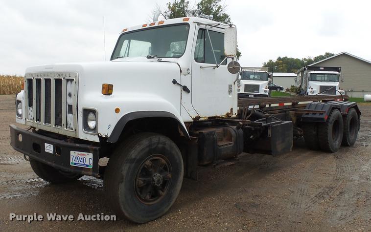 1984 International F2574 roll off truck
