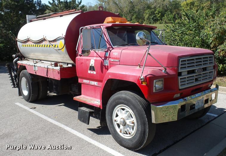 1991 Ford F800 oil distributor truck