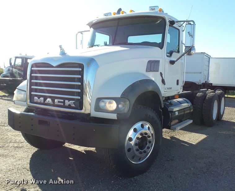 2007 Mack CTP713 semi truck