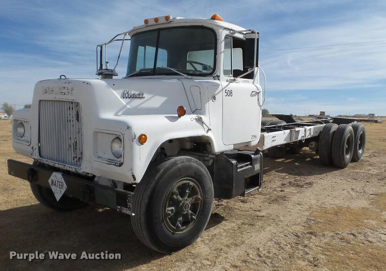 1983 Mack DM492S truck cab and chassis