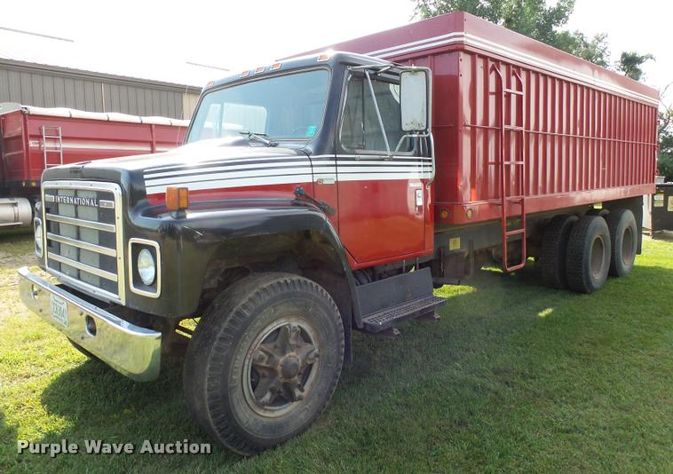 1978 International F1924 grain truck