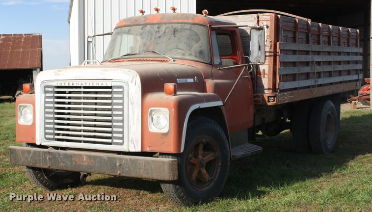 1973 International Loadstar 1600 grain truck