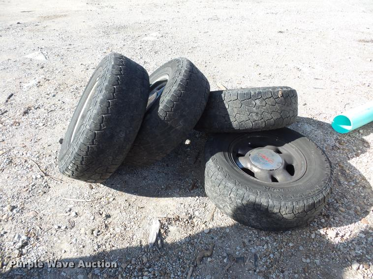 (4) 255/70R16 tires and wheels