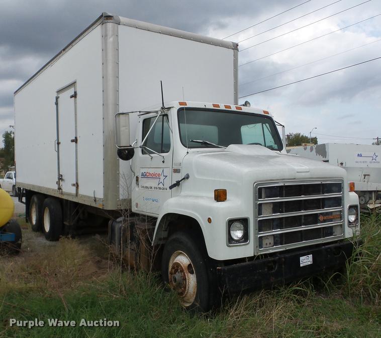 1989 International S2300 box truck