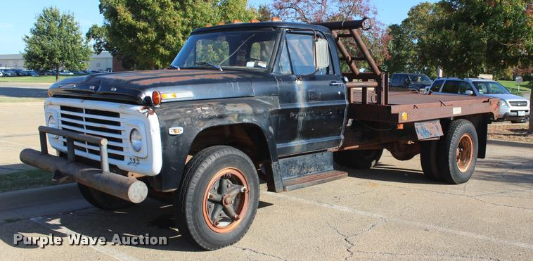 1968 Ford F615 flatbed truck