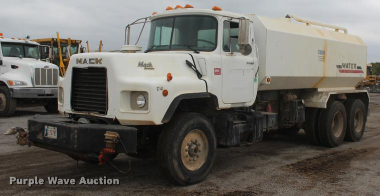 1993 Mack DM688S semi truck