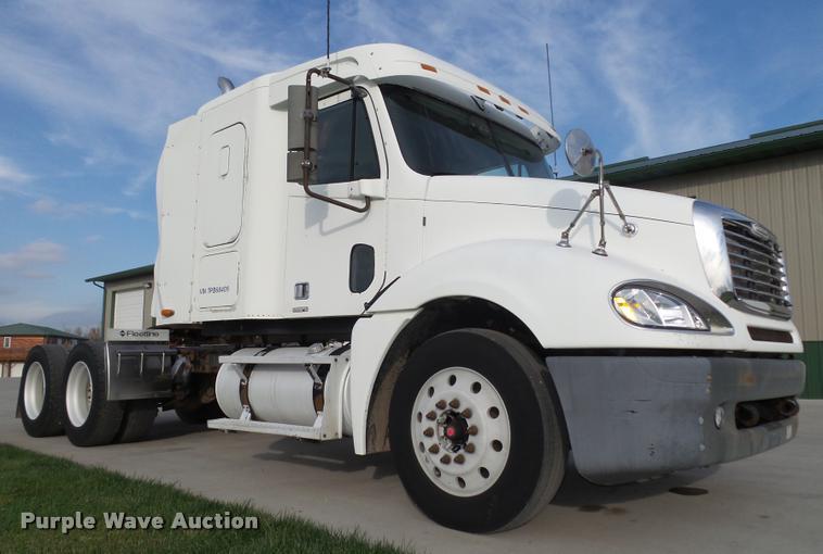 2001 Freightliner Columbia 120 semi truck