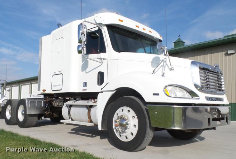 2005 Freightliner Columbia semi truck