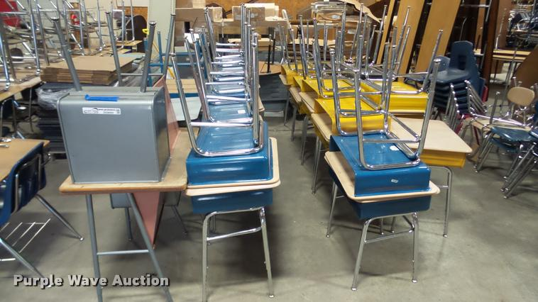 (32) student desks