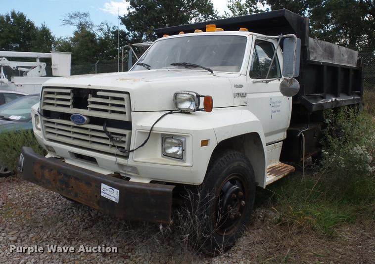 1987 Ford F700 dump truck