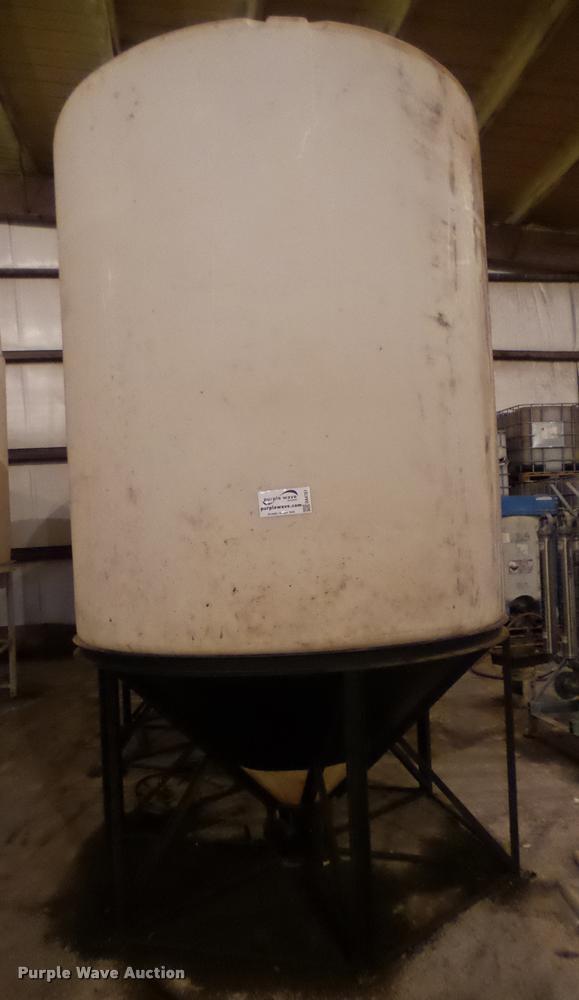 Fertilizer cone bottom tank