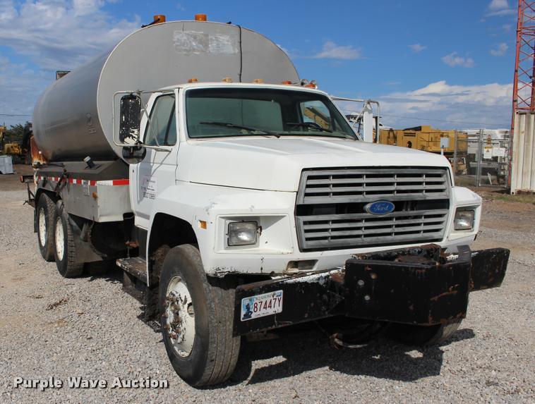 1992 Ford F900 oil distributor truck