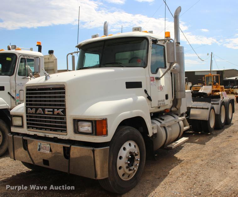 2005 Mack CHN613 semi truck
