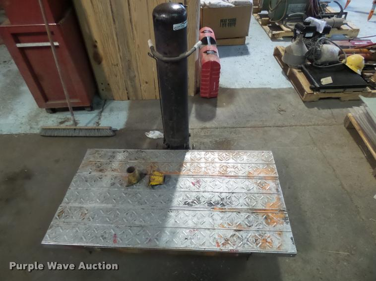 Pneumatic bumper jack with lift table