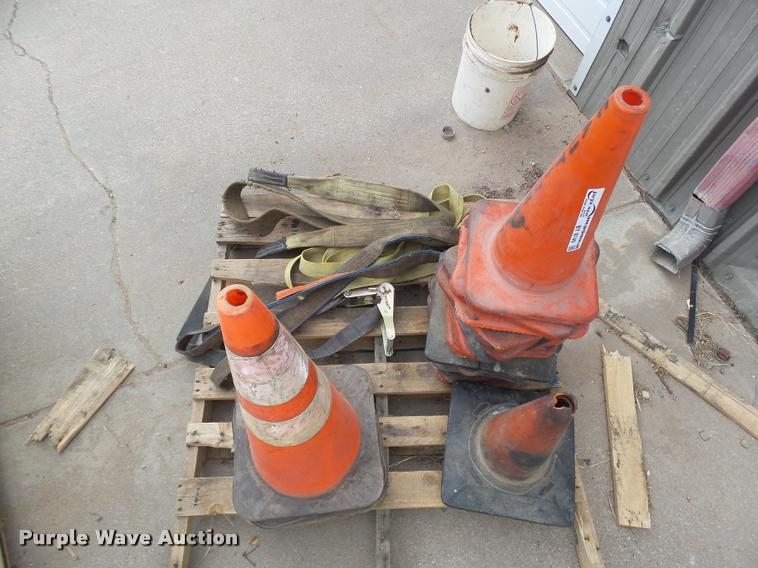 Lifting straps and pylons