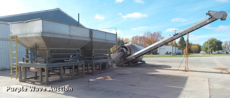 Doyle blender with hoppers and conveyor