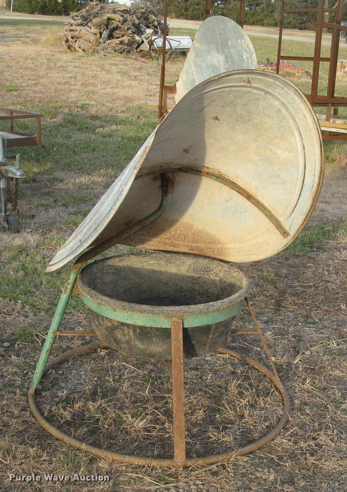 Twister mineral feeder
