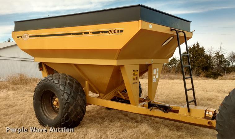 UFT 4700 grain cart