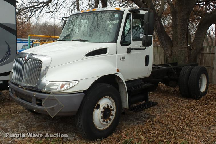 2002 International 4300 truck cab and chassis