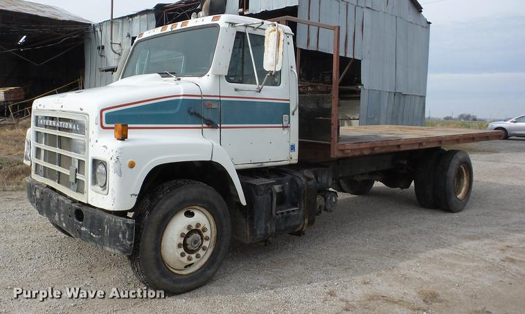 1986 International S2300 dump flatbed truck