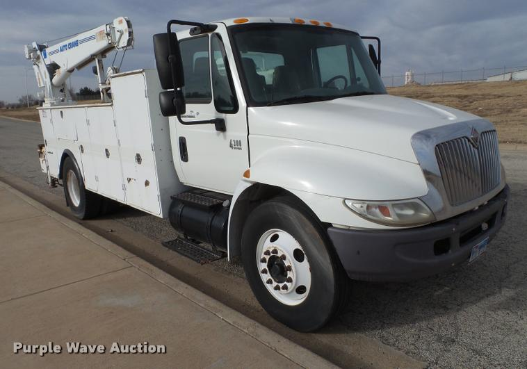 2003 International DuraStar 4300 service truck with crane