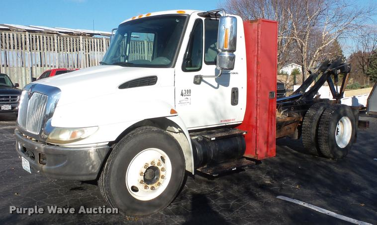 2003 International DuraStar 4300 hooklift / roll off truck