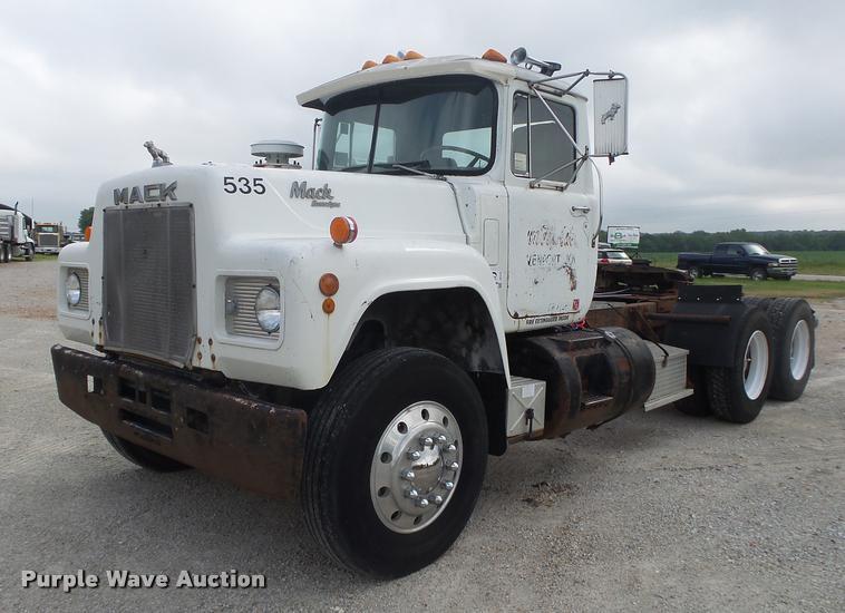 1989 Mack R686ST semi truck